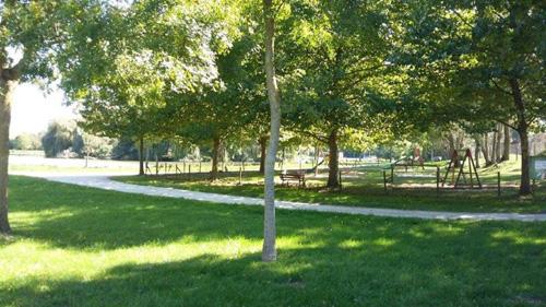 L'étang de peche des Rosées et l'aire de jeux pour enfants dans un camping nature